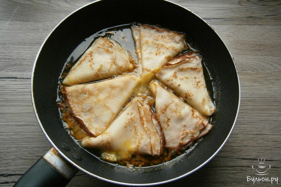 В получившийся соус выложить сложенные блинчики, протушить их до легкой карамелизации соуса.