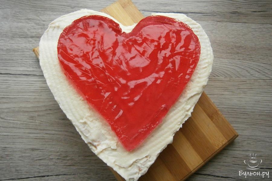 Перевернуть желе на торт и аккуратно снять фольгу. Далее тортик нужно украсить. Я для украшения готовлю белковый заварной крем.