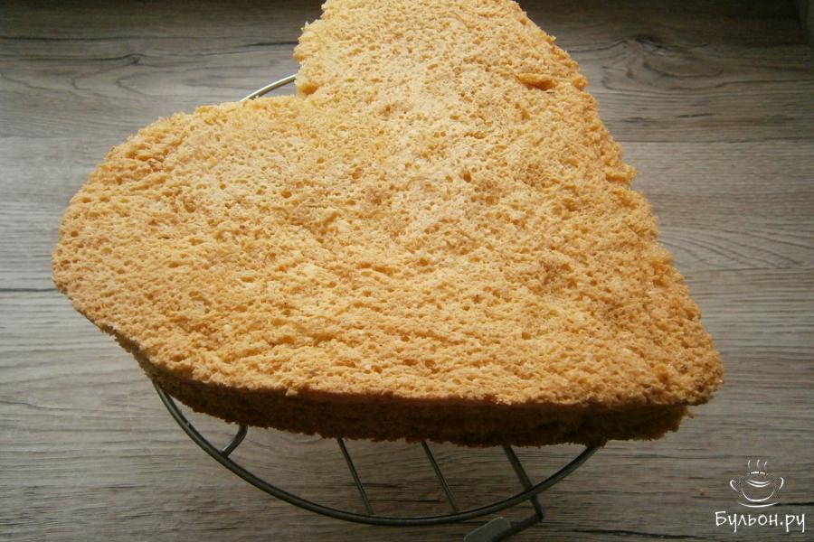 Печь бисквит при выставленной температуре в 180 гр. около 40 мин., после чего немного его остудить и извлечь из формы. Полностью дать бисквиту остыть на решетке.