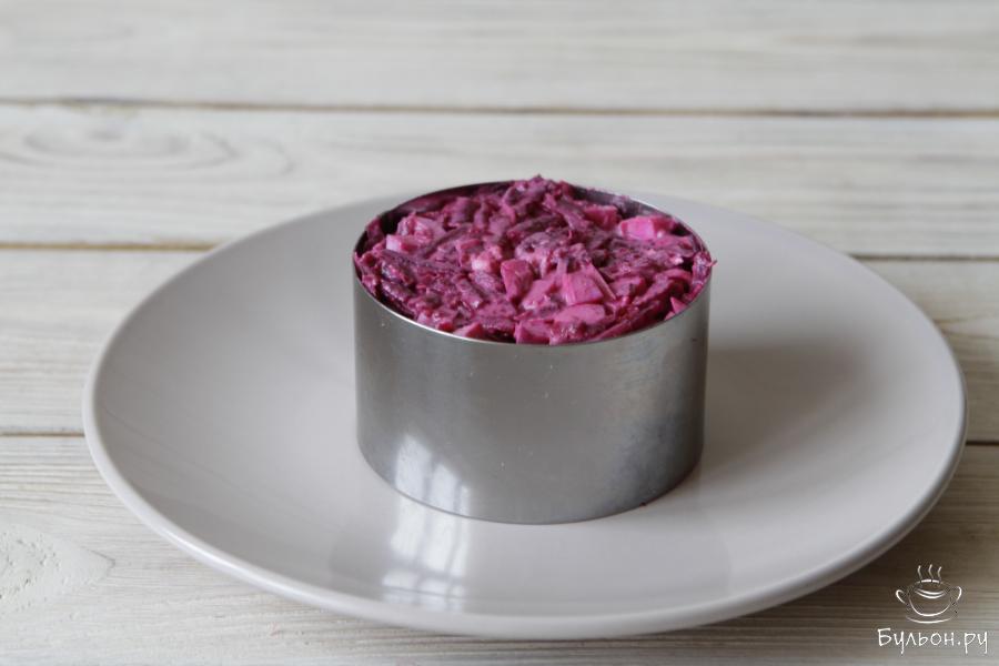 Готовый салат выложить через кулинарное кольцо на тарелку.