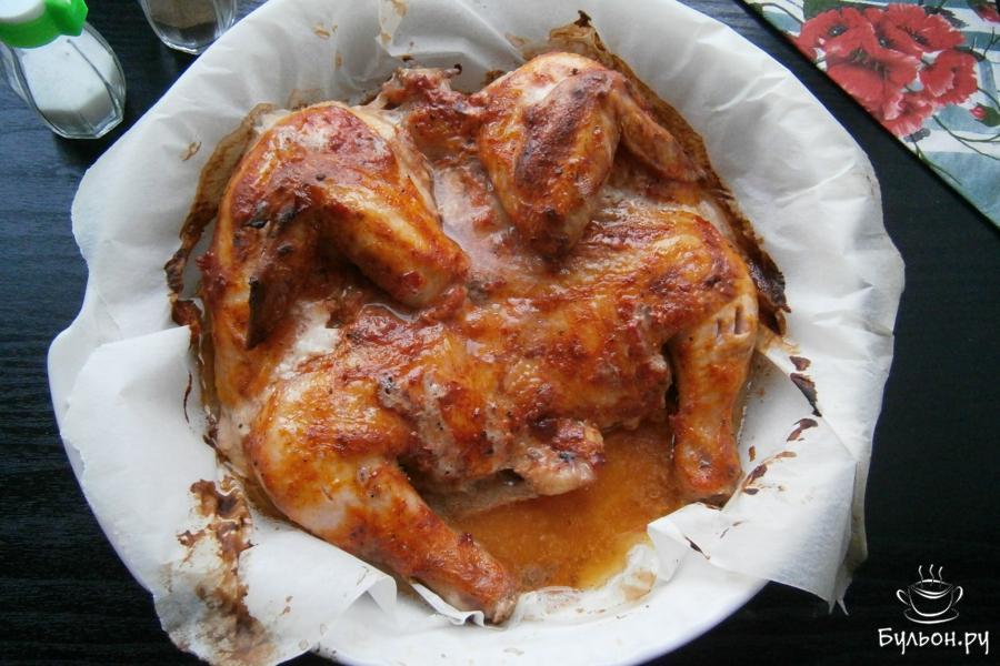 Цыпленка вынуть из духовки, он должен стать бронзового цвета.