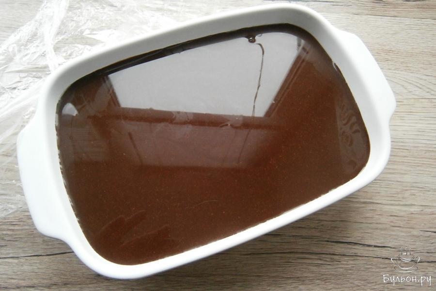 Дать глазури остыть до комнатной температуры, а затем залить ею застывшее белое суфле.