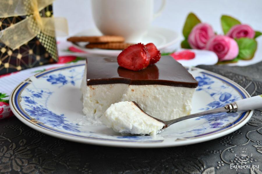 Готовое суфле аккуратно порезать на 8 частей и подать его к столу, украсив любыми ягодами. Приятного аппетита.