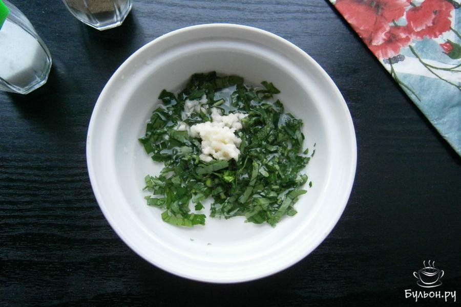 Приготовить соус для смазывания: петрушку измельчить, добавить рубленный чеснок, влить воду и лимонный сок, добавить щепотку соли, все перемешать.