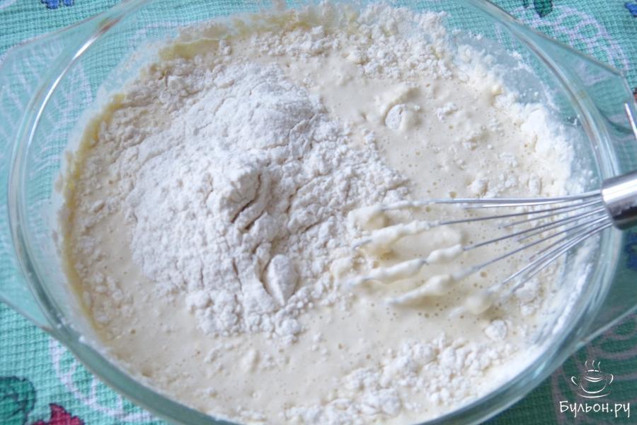 Затем добавить муку, соль по вкусу, перемешать чтобы не было комочков.