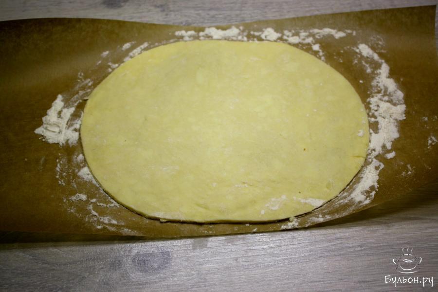 Разделить тесто на три равные части. Одну часть раскатать в пласт толщиной 3-4 мм. Неиспользуемое тесто нужно держать в холодильнике.