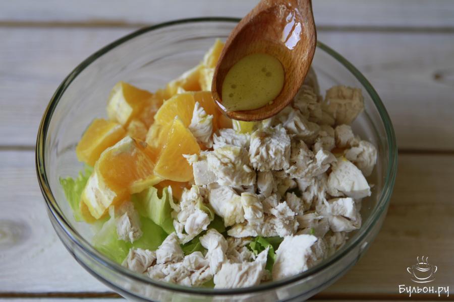 Заправить салат готовой медово-оливковой заправкой.