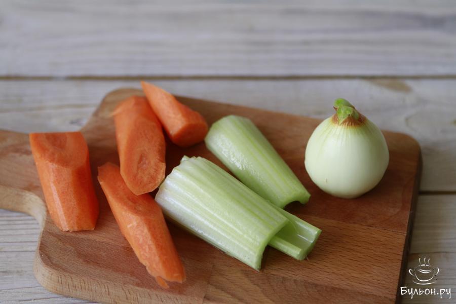Из овощей приготовить: одну небольшую головку репчатого лука, небольшую морковь и пару стеблей сельдерея. Овощи почистить и порезать на свое усмотрение.