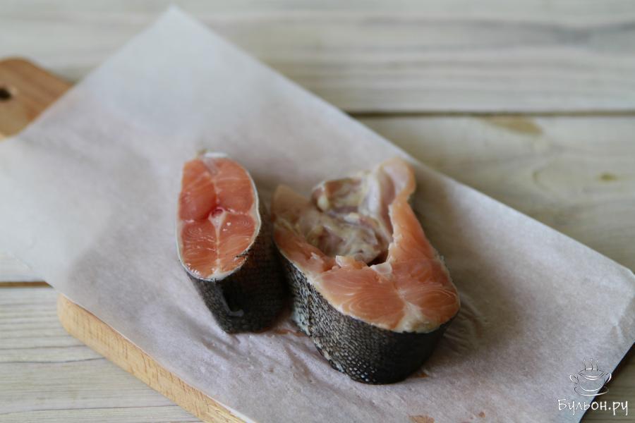 Подготовить форель. Это может быть одна целая небольшая рыбка или кусочки форели для стейка.