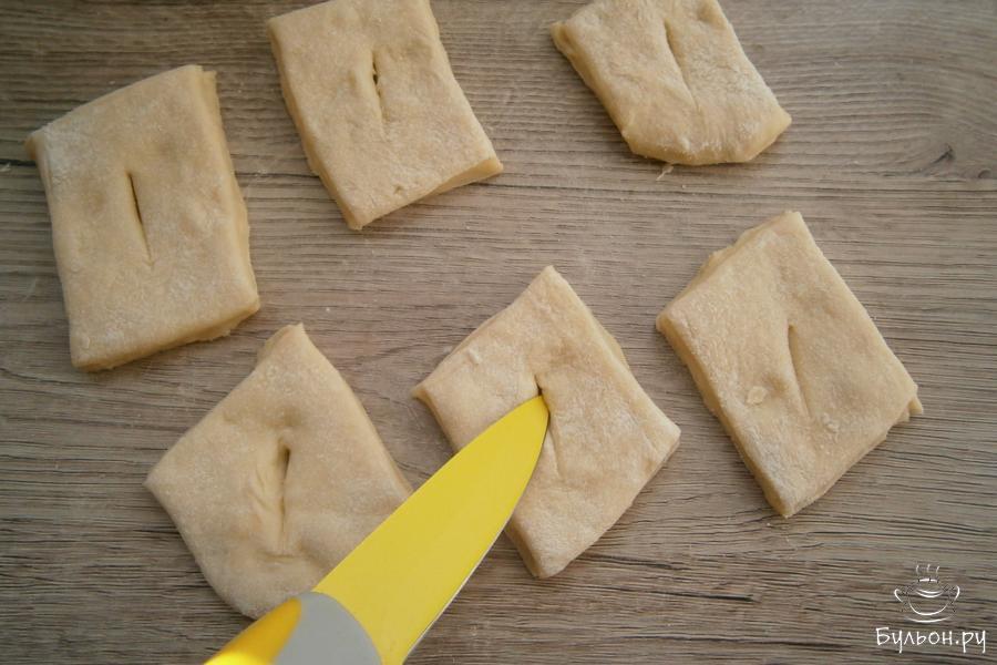 Острием ножа сделать в ромбах небольшие разрезы посередине.