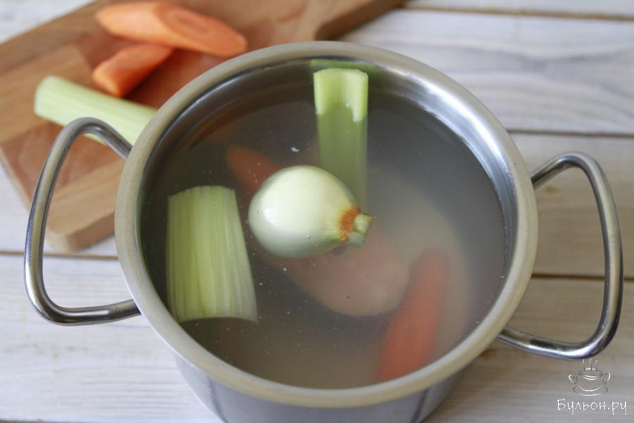 Как только вода закипит, отправить в кастрюлю все подготовленные овощи.
