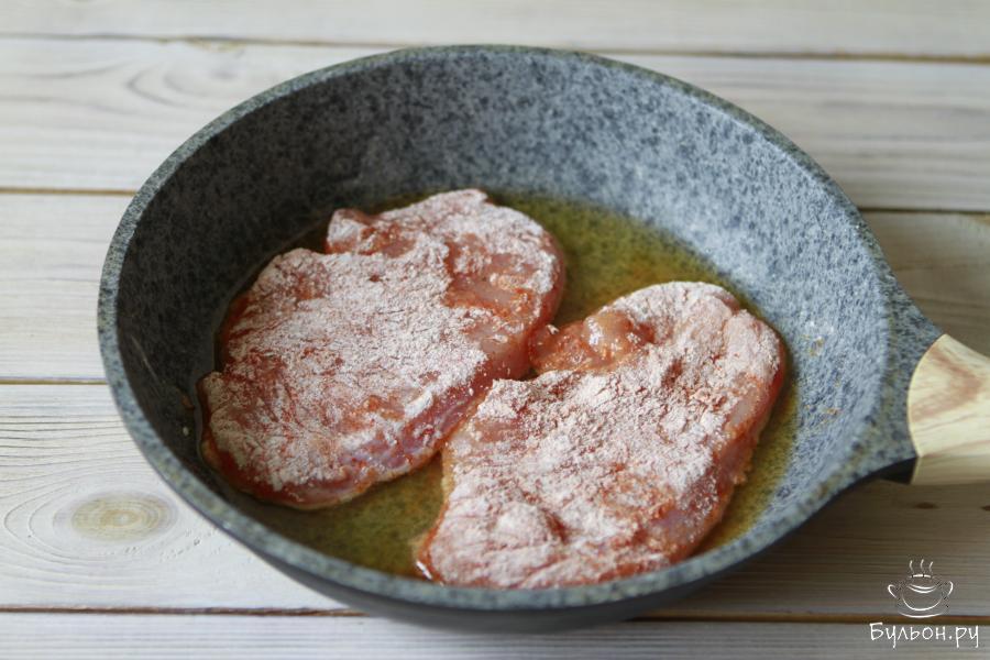 Сковороду хорошо прогреть, влить масло. Обжарить шницель с двух сторон по 4-5 минут до золотистого цвета на среднем огне.