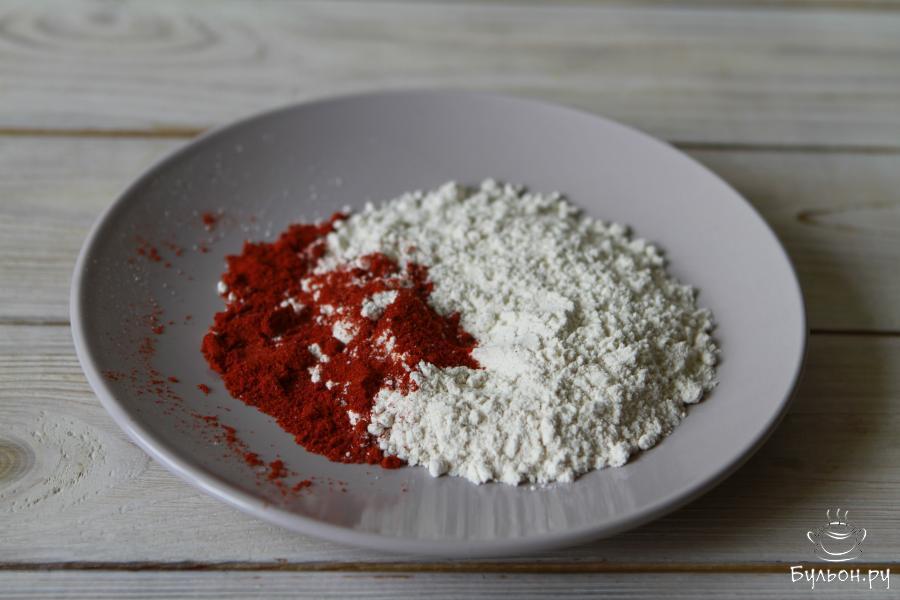 В качестве панировки здесь используется цельнозерновая пшеничная мука и сладкая паприка. Оба ингредиента необходимо перемешать друг с другом.