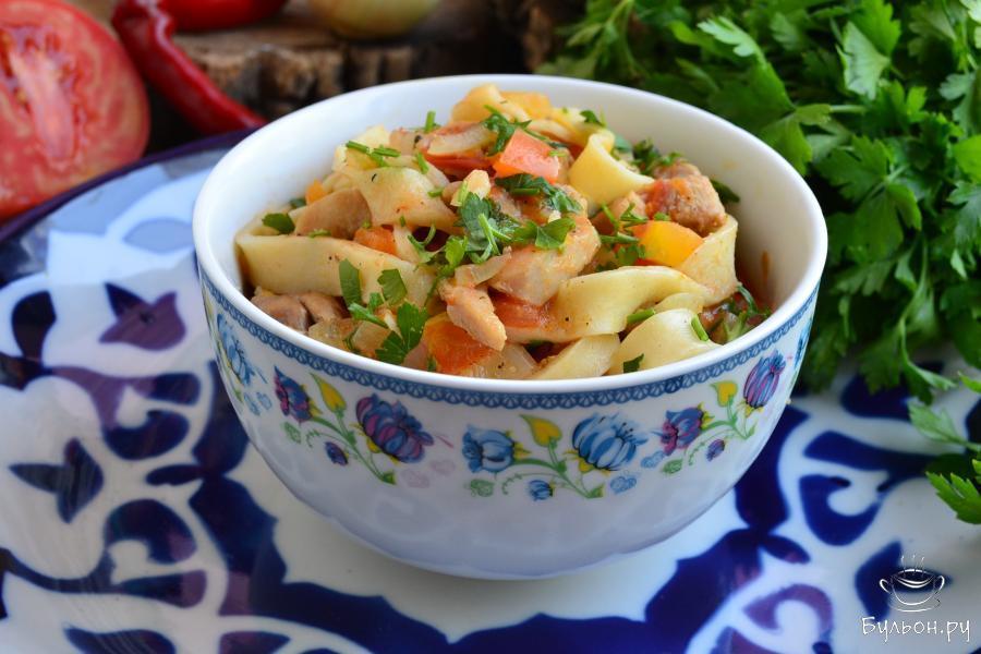 Подавать к столу лагман, с курицей следует горячим. Если подаете в качестве первого блюда, влейте побольше жидкости, если второго - больше лапши и овощей с курицей. Приятного аппетита.