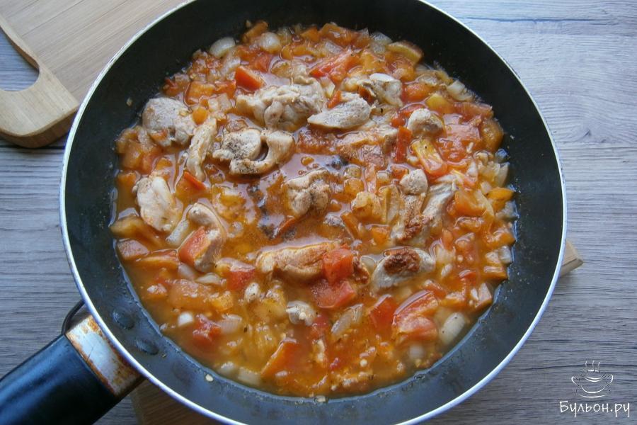 После этого влить куриный бульон, все посолить, добавить еще немного черного перца и перец чили.