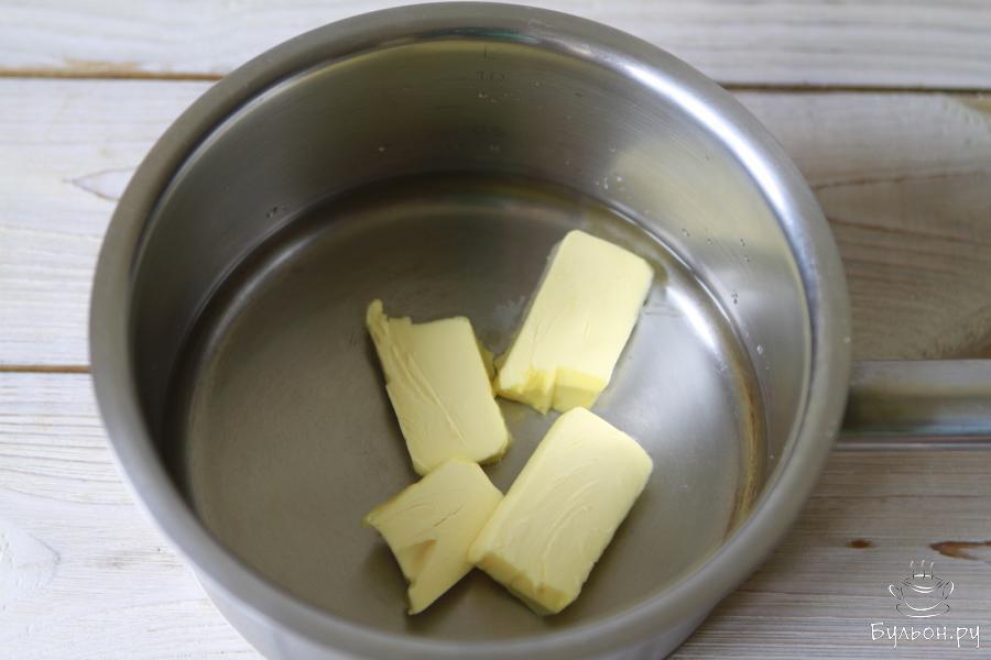 В сотейник или в любую другую посуду влить воду, добавить соль и порубить сливочное масло.