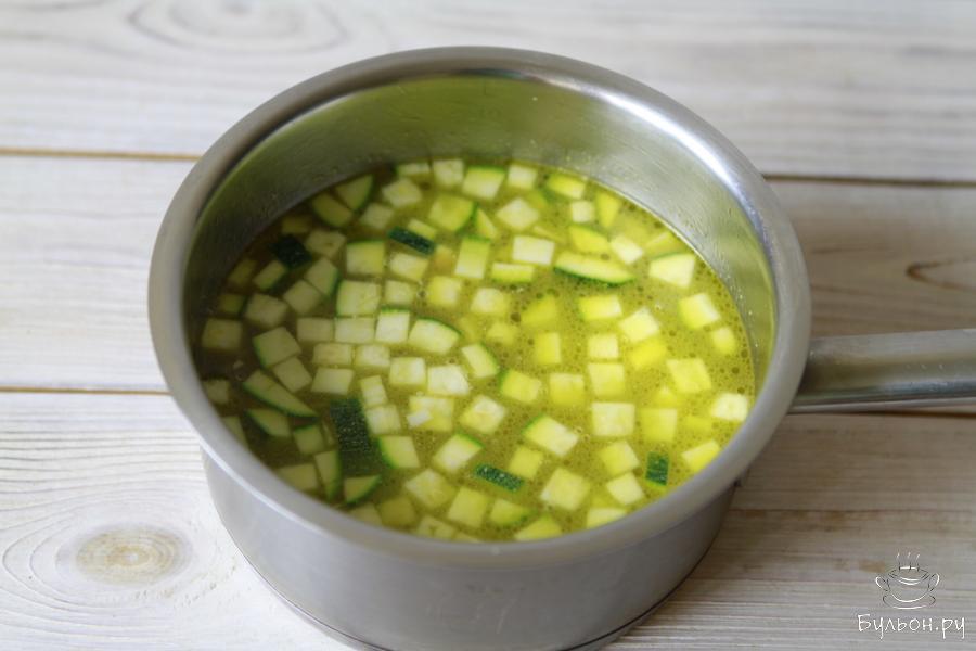 Влить воды и варить овощи до готовности картофеля. Посолить и поперчить по вкусу.