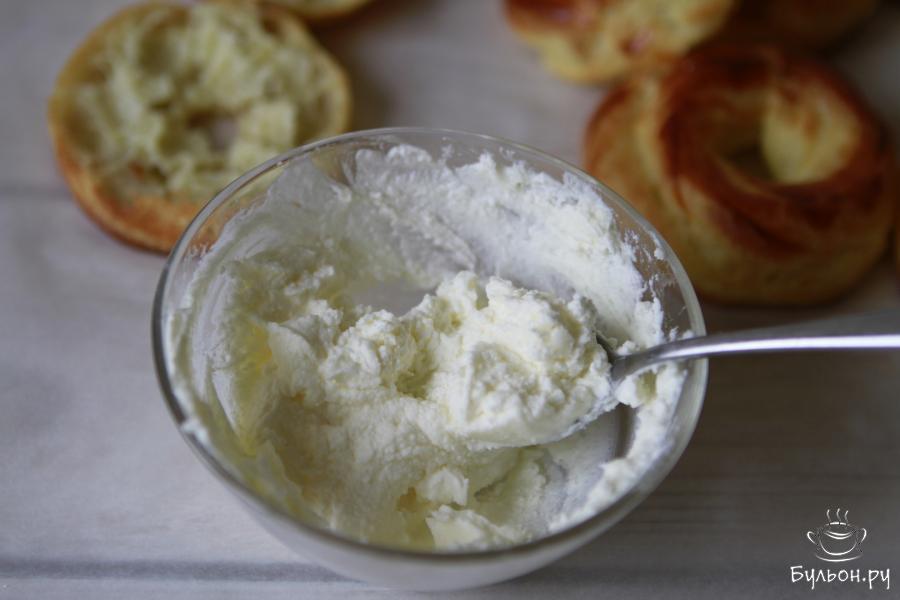 Готовим начинку: смешать 100 гр мягкого творога с 8 ст. л. сахарной пудры.