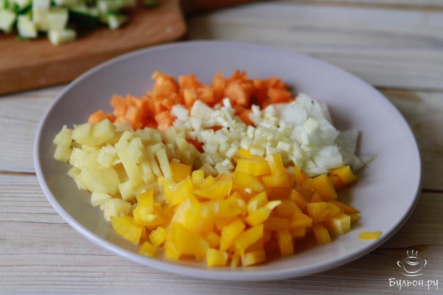 Аналогично нарезать и все остальные овощи, а зубчик чеснока пропустить через пресс.