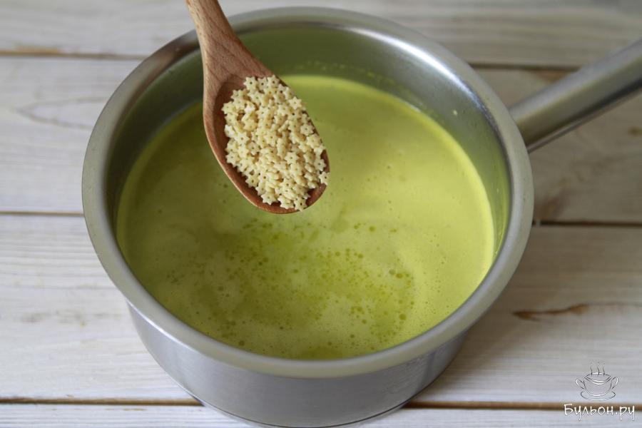 Для супа лучше всего подобрать пасту небольшого размера. В нашем случае это звездочки. В суп пюре перекладываем отложенные овощи и добавляем пасту. Суп доводим до кипения и варим 3-4 минуты. Отключаем и даем ему настояться.