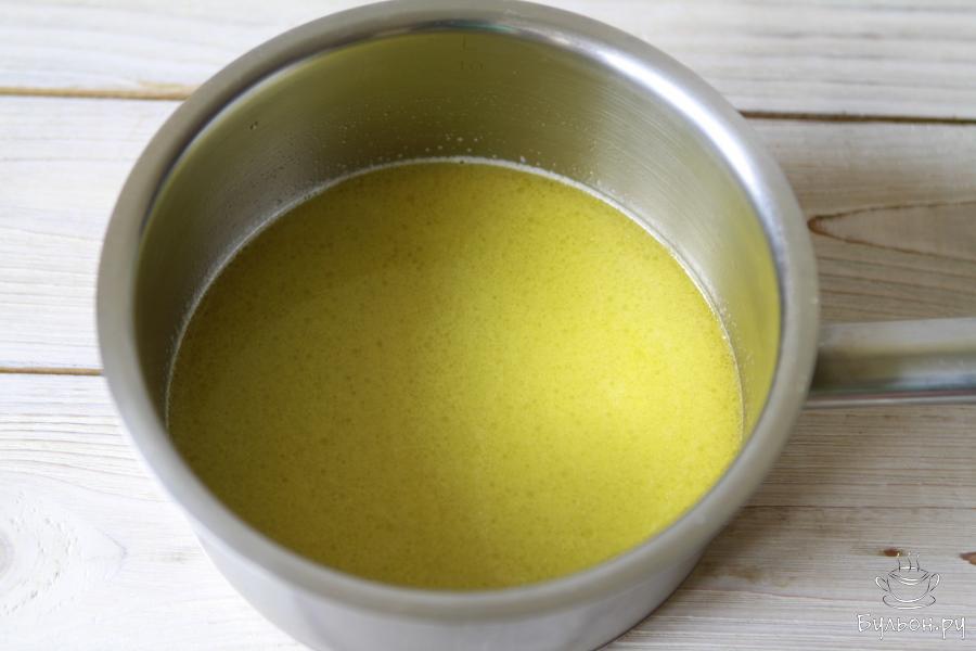Отправляем все содержимое на плиту, выставляем не самую высокую температуру у плиты, нагреваем воду с маслом регулярно помешивая. Масло должно полностью растаять.