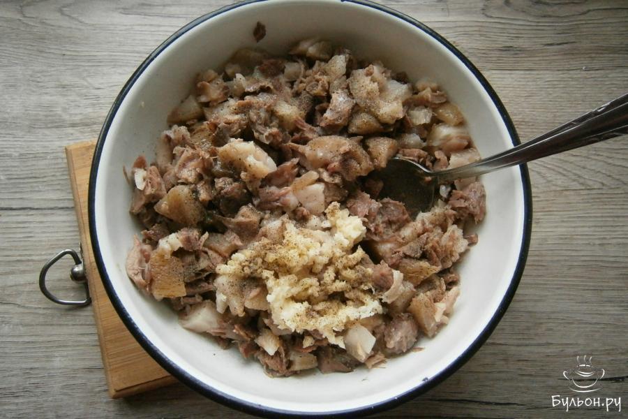 Посолить, добавить измельченный чеснок и черный перец, влить оставленный бульон и хорошо все перемешать.