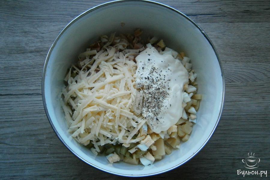 Добавить к порезанным ингредиентам натертый сыр, черный перец, майонез. Все посолить.