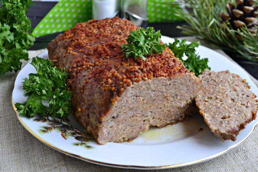 Дать мясному хлебу остыть до теплого состояния или полностью остудить, а затем, нарезать на части. Приятного аппетита.