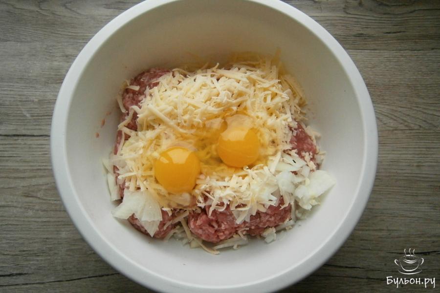 Сюда же, добавить тертый хороший сыр и два яйца.