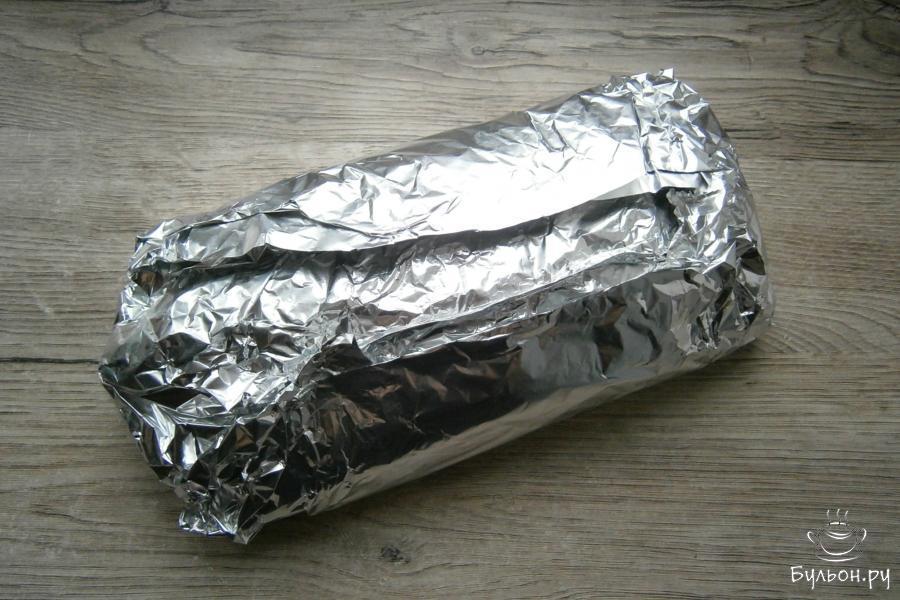 Завернуть хлебец полностью в фольгу, стараясь не испортить форму.