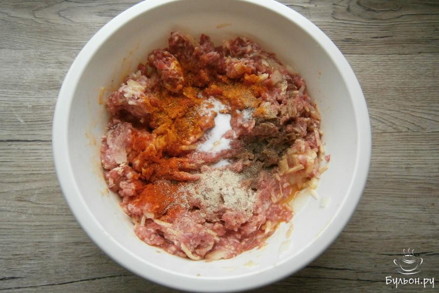 Хорошенько все вымешать, всыпать перец, столовую ложку паприки, сушеный чеснок и соль.