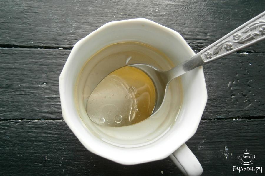 Воду закипятить, добавить в кипяток растительное масло, перемешать.