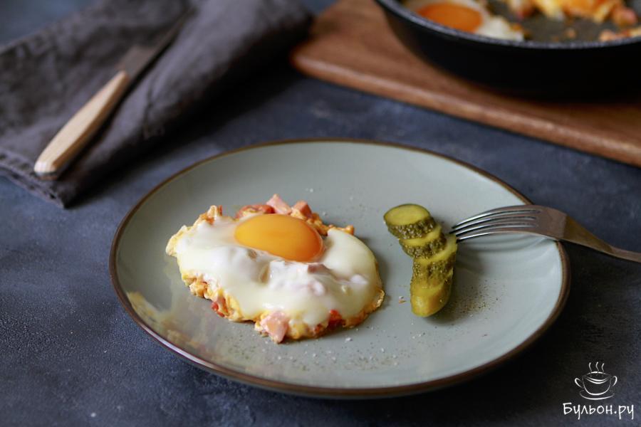 Яичница с помидорами и колбасой готова. Подавать ее лучше сразу. Для вкусовых ощущений можно подать такой завтрак с маринованными огурчиками. Приятного Вам аппетита.