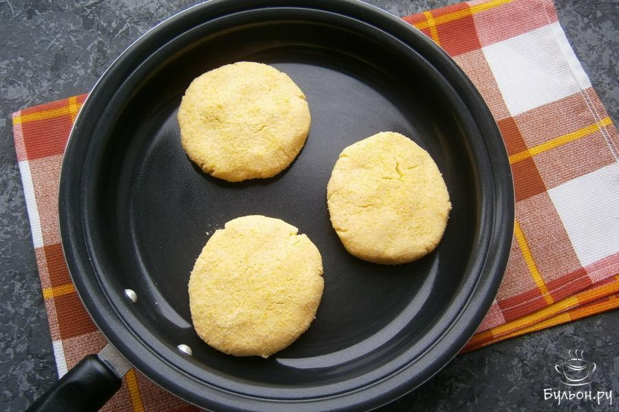 Жарить лепешки следует на хорошо разогретой с оставшимся растительным маслом сковороде, на умеренном огне, до легкой румяности с одной стороны.