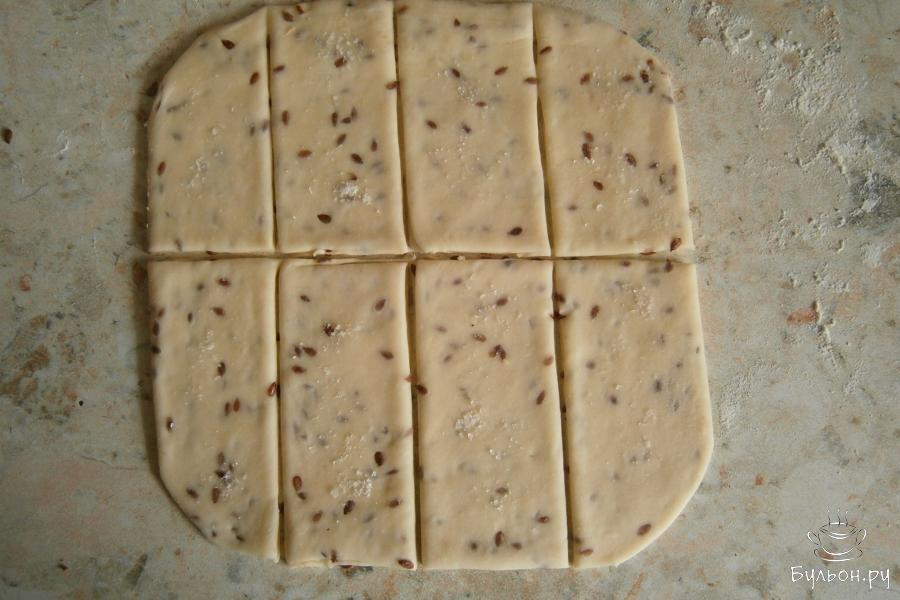 Разделить тесто на две одинаковые части, каждую - раскатать в тонкий пласт ( не более 0,5 см). Порезать тесто прямоугольниками или любыми фигурами на ваше усмотрение.