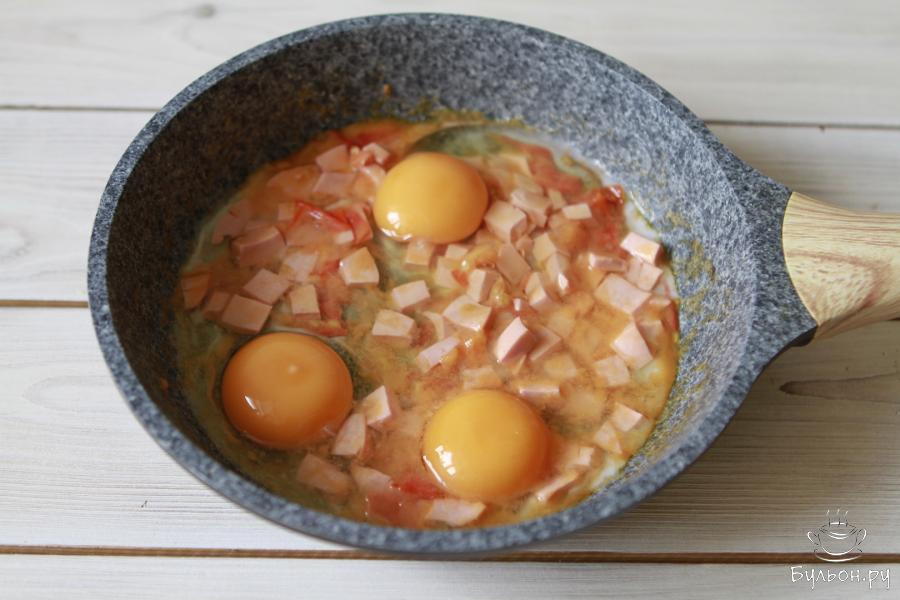 Посолить, добавить любимые специи. Я добавила сушеный чеснок и розмарин. И по одному ввести яйца. Разбивайте яйца аккуратно, не повредив желток.