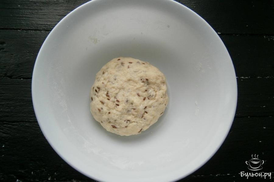 Постепенно вливая в мучную смесь кипяток с маслом, замесить нежное, мягкое, но хорошо держащее форму тесто. Прикрыть тесто целлофаном и оставить минут на 20.