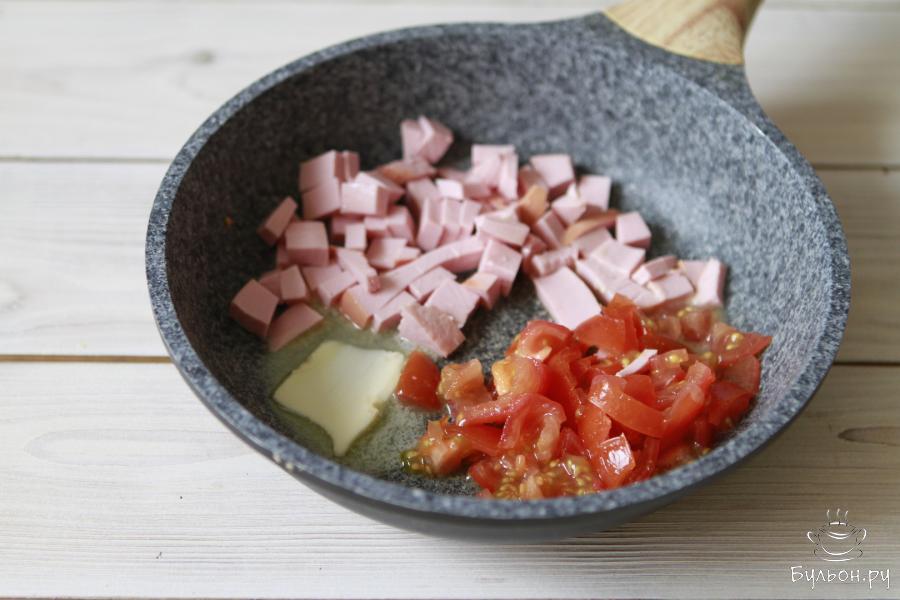 Обжарить колбасу и помидоры на масле. Я обычно обжариваю на сливочном, но его смело можно заменить на растительное или оливковое. Здесь дело вкуса.