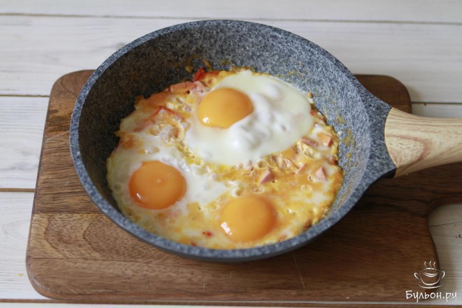Готовить яичницу до готовности яиц. У меня обычно на это уходит 5-6 минут.