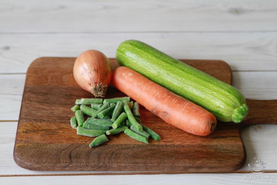 Отварить рис. Подготовить все овощи по списку.