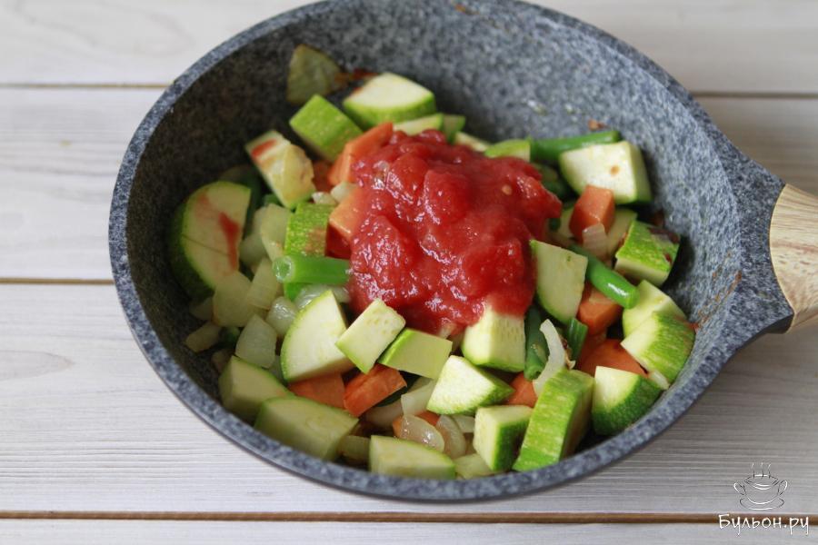 Помидор ошпарить кипятком, снять кожицу. Порезать на кубики и добавить к овощам. Посолить по вкусу.