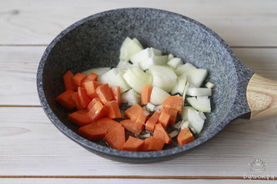 Головку репчатого лука почистить и порезать, морковь почистить и порезать на небольшие кусочки, как и лук. Обжарить овощи на растительном масле 3-4 минуты.
