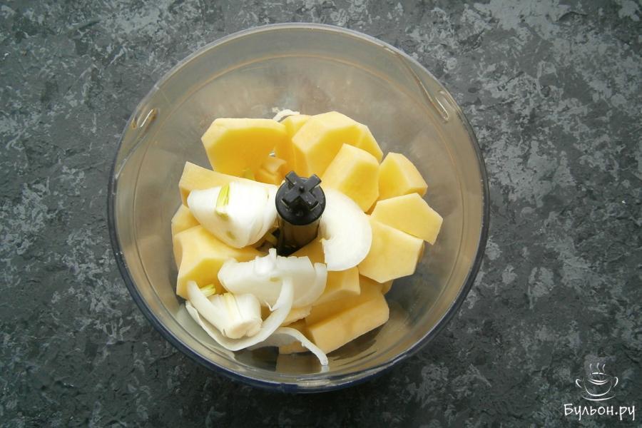 В чашу блендера поместить порезанный картофель, добавить порезанный репчатый лук.