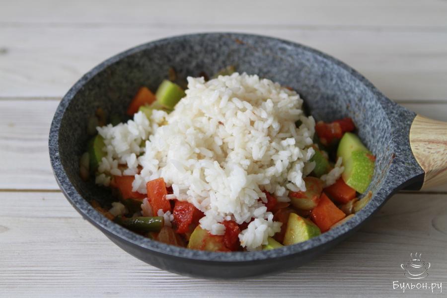 Как только овощи будут готовы, рис добавить к овощам.