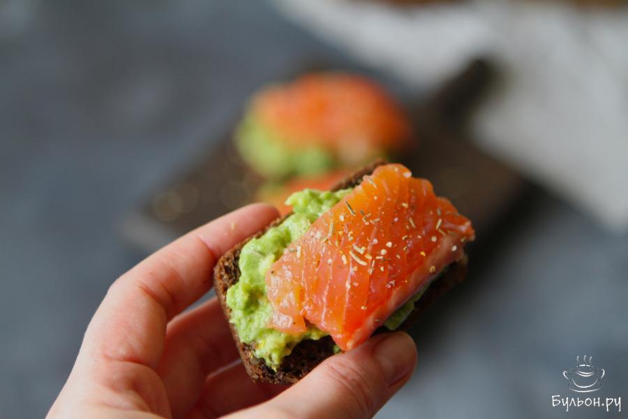 Бутерброды с авокадо и красной рыбой готовы. Быстрый вкусный вариант завтрака готов. Ну и безусловно, такие бутерброды прекрасно дополнят праздничный стол. Приятного вам аппетита