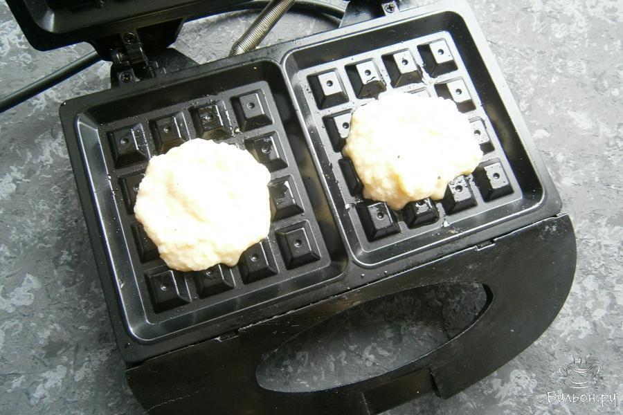 Электровафельницу разогреть, смазать растительным маслом и выкладывать картофельную массу по 1,5-2 ст. ложки.