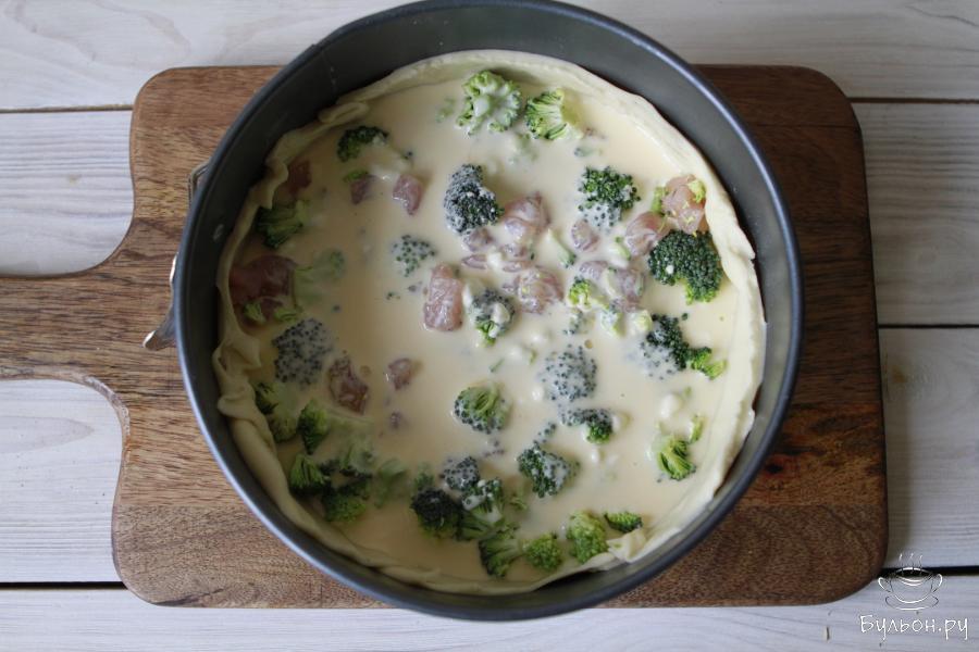 Начинку выложить в форму. Для заливки смешать 2 яйца, греческий йогурт и сливки. Взбить все хорошо и вылить в форму. Киш отправить в духовку и запекать 25 минут при 180 градусах.