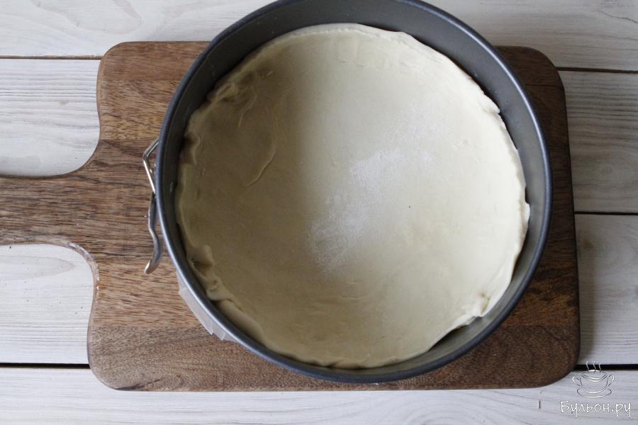 Тесто раскатать, переложить в форму для запекания и убрать в холодильник на 15-20 минут.