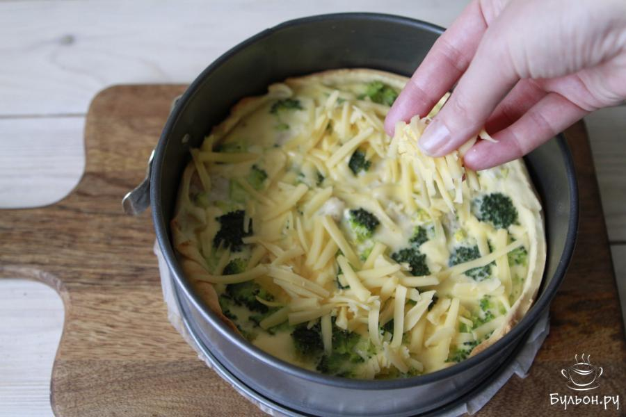 Через 25 минут достать и обильно присыпать сыром. Отправить в духовку еще на 15 минут.
