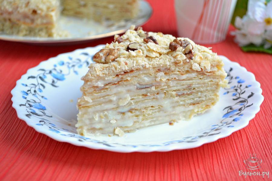 Теперь тортик можно разрезать на части. Приятного аппетита.